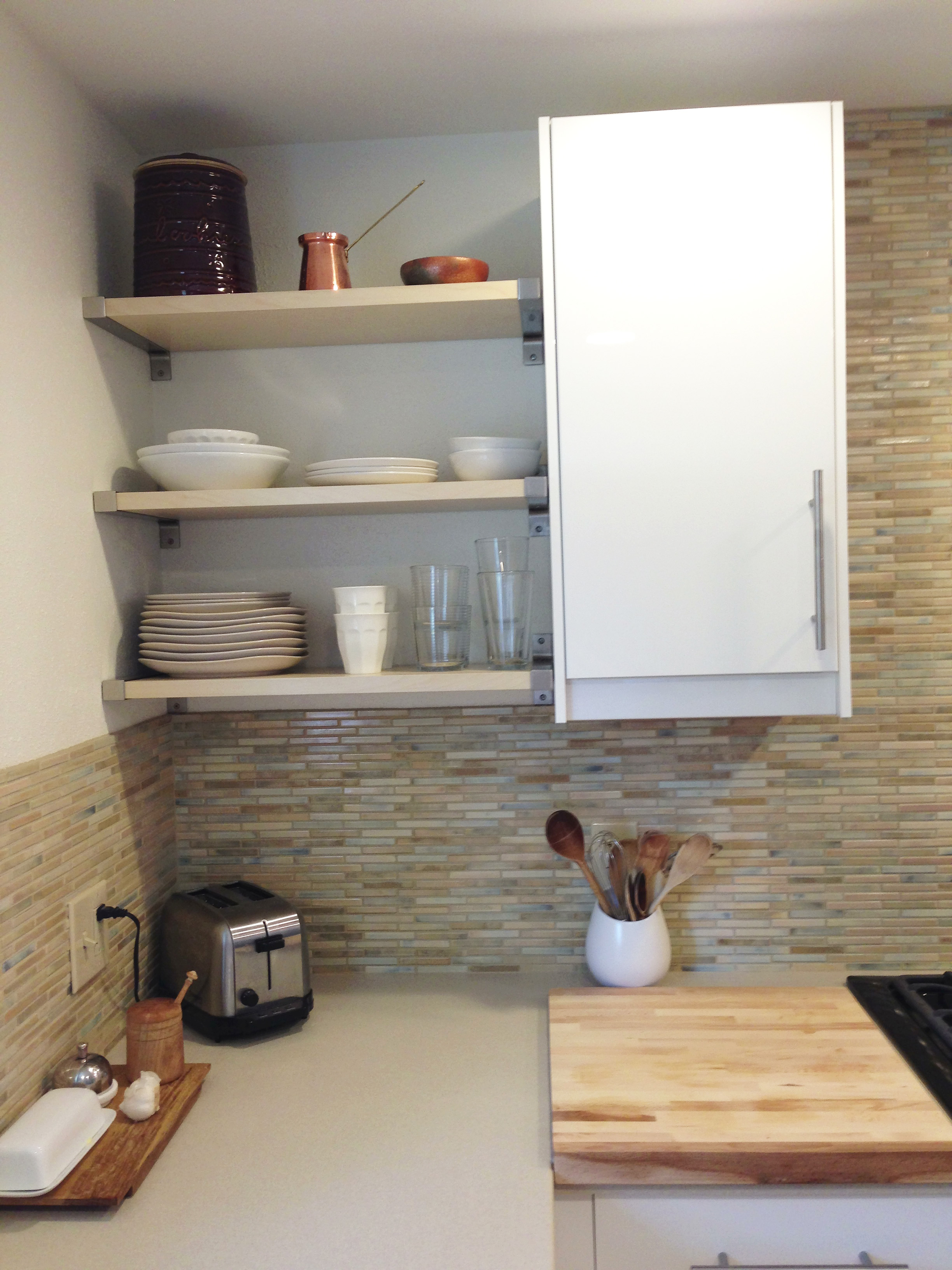 The pros and cons of open shelving in the kitchen for Kitchen base unit shelf